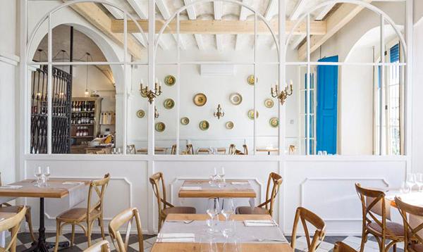 Vista d'un dels menjadors interiors del Restaurant Blau de Mar d'Arenys de Mar